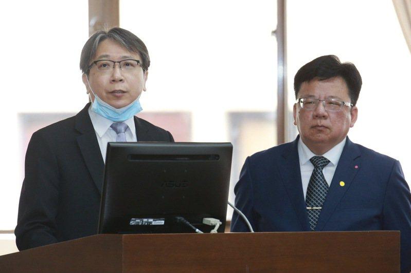 總統府副秘書長李俊俋(右)與國家安全會議副秘書長蔡明彥(左)上午出席立法院財委會備詢,就中共人大將推動「港版國安法」一事表示看法。 記者黃義書/攝影