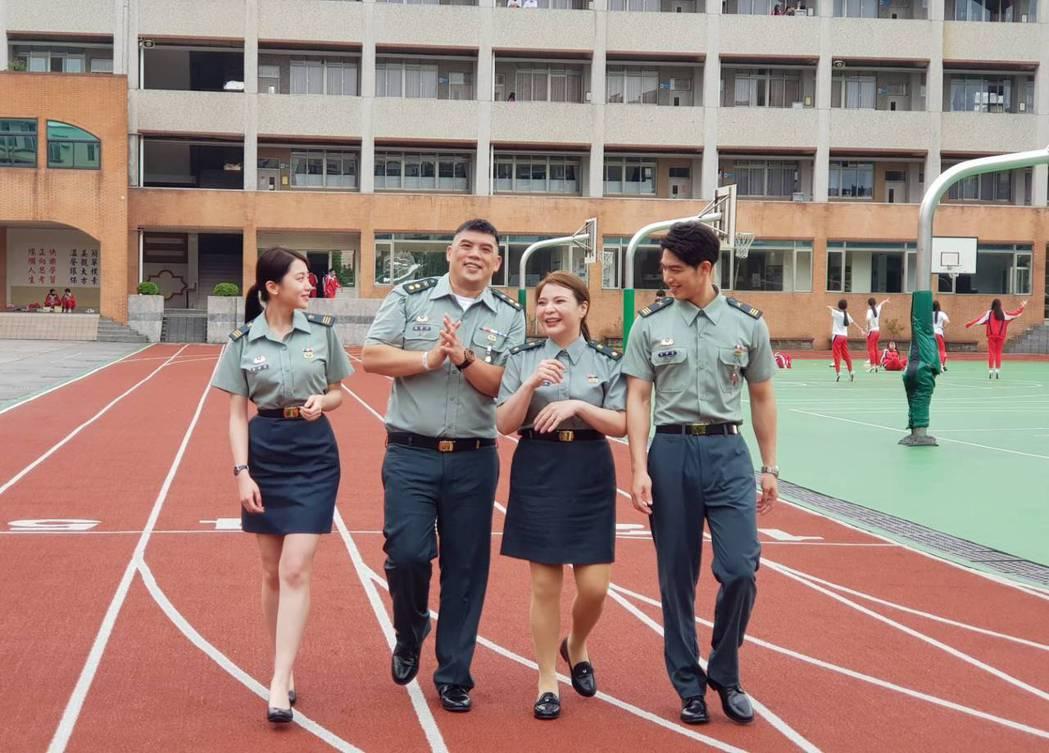 詠兒(左起)、金寶三、小甜甜、許德瑋在啟英高中拍攝「教官怎麼辦!」。記者杜沛學/...