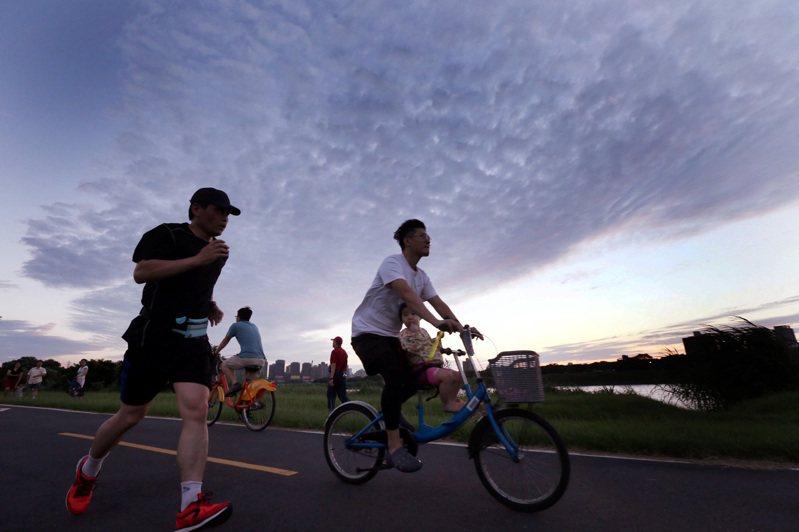 騎車、慢跑 絢爛雲彩伴我行 連日來的大雨暫歇,久違的陽光昨天露臉,河濱公園內民眾沿新店溪畔,迎著夕陽餘暉下的絢爛雲彩騎乘單車、跑步,不過氣象局表示又有一波滯留鋒面要報到了。圖與文/侯永全