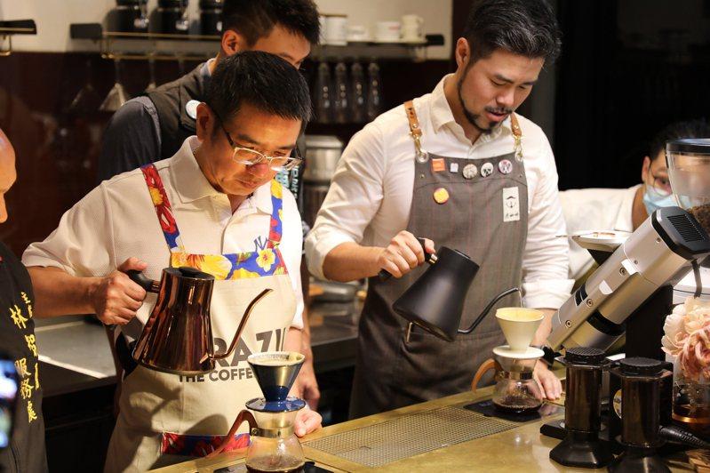 學習專心沖煮好一杯咖啡。在宜蘭市素有「巷弄奇蹟咖啡館」之稱的虎咖啡,要開辦精品咖啡免費體驗課程,明晚開放報名。圖/市公所提供