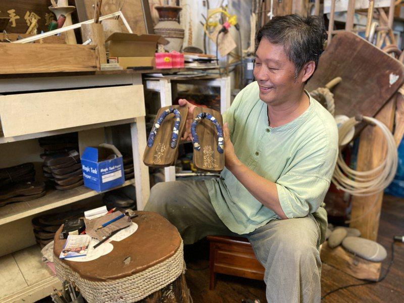 王明堂製作一雙木屐只需要5分鐘左右,切因應「時中粉」的需求,立刻復刻一雙送給陳時中的木屐。記者陳弘逸/攝影
