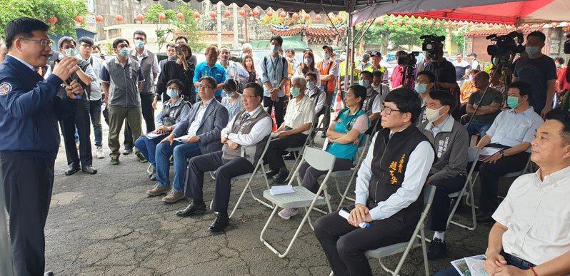 交通部長林佳龍(左)說明北二高、台66系統交流道年底實質動工。記者鄭國樑/攝影