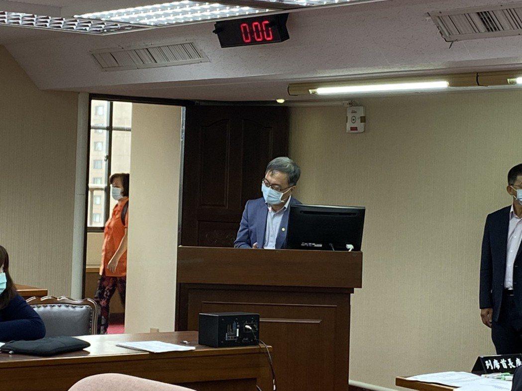 衛福部次長薛瑞元(中)表示,增加部分負擔主要是抑制浪費,擴充財源則需調漲健保費,...