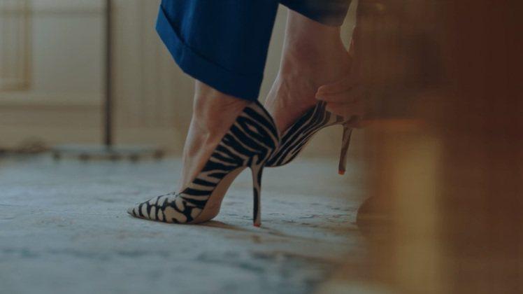 鄭恩彩在劇中穿JIMMY CHOO春夏LOVE動物紋高跟鞋。圖/摘自Netfli...
