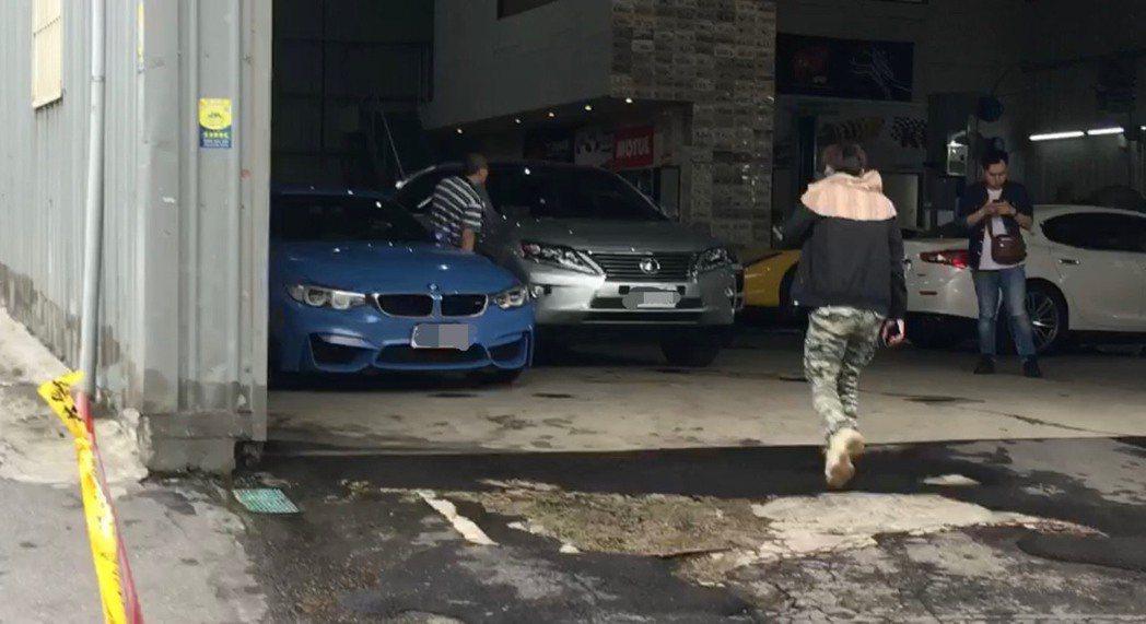 廠內多輛名車被子彈打中。記者柯毓庭/翻攝