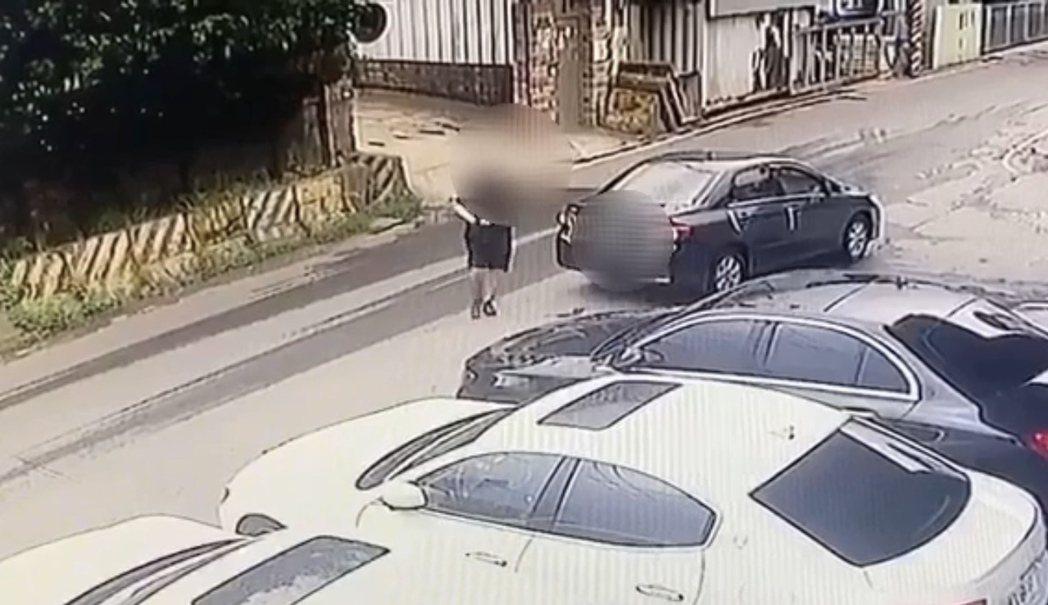陳男駕駛租賃車,持制式手槍前往犯案。記者柯毓庭/翻攝