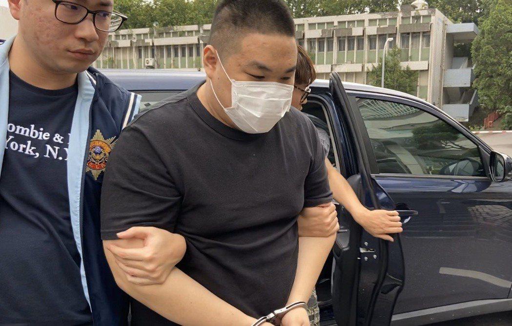 陳被帶回偵查隊偵詢,面對鏡頭未發一語。記者柯毓庭/攝影