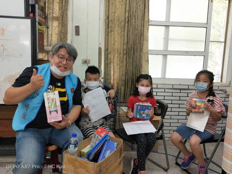 長庚醫院醫師郭和昌(左一)帶著團隊前進偏鄉學校,小朋友對川崎症感到陌生與好奇。圖/郭和昌提供