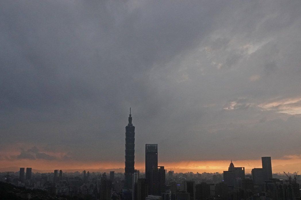 明天又有一道鋒面靠近,中央氣象局預估明晚到周四雨勢影響最大,今天傍晚台北盆地陽光...
