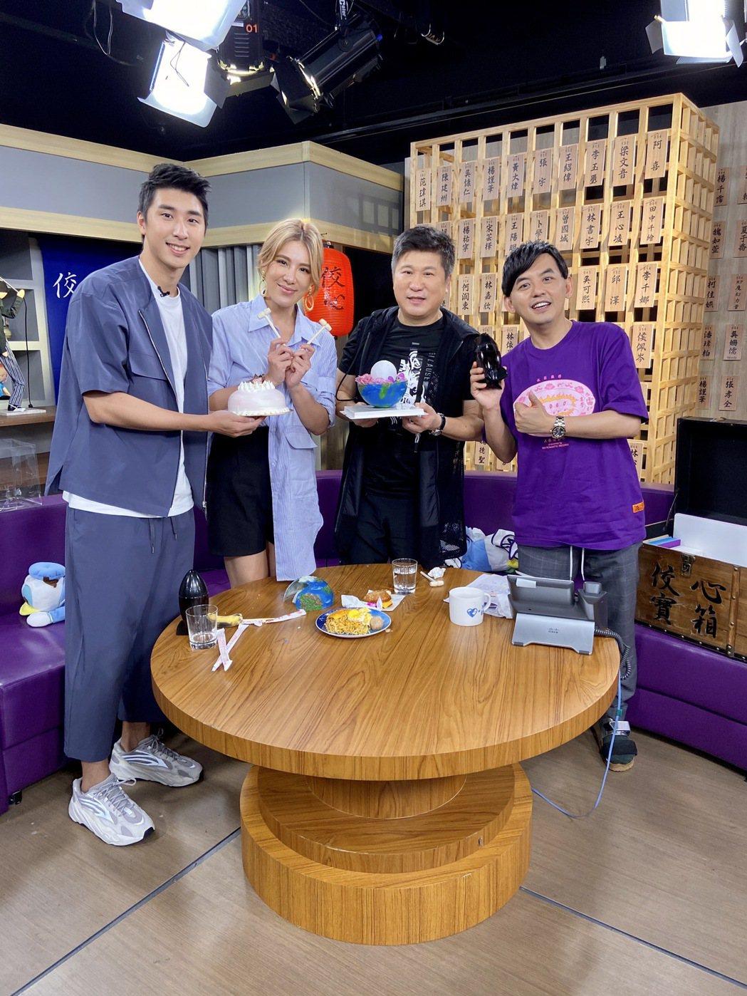 胡釋安(左起)和小禎、胡瓜上黃子佼主持的「佼心食堂」。圖/中天提供