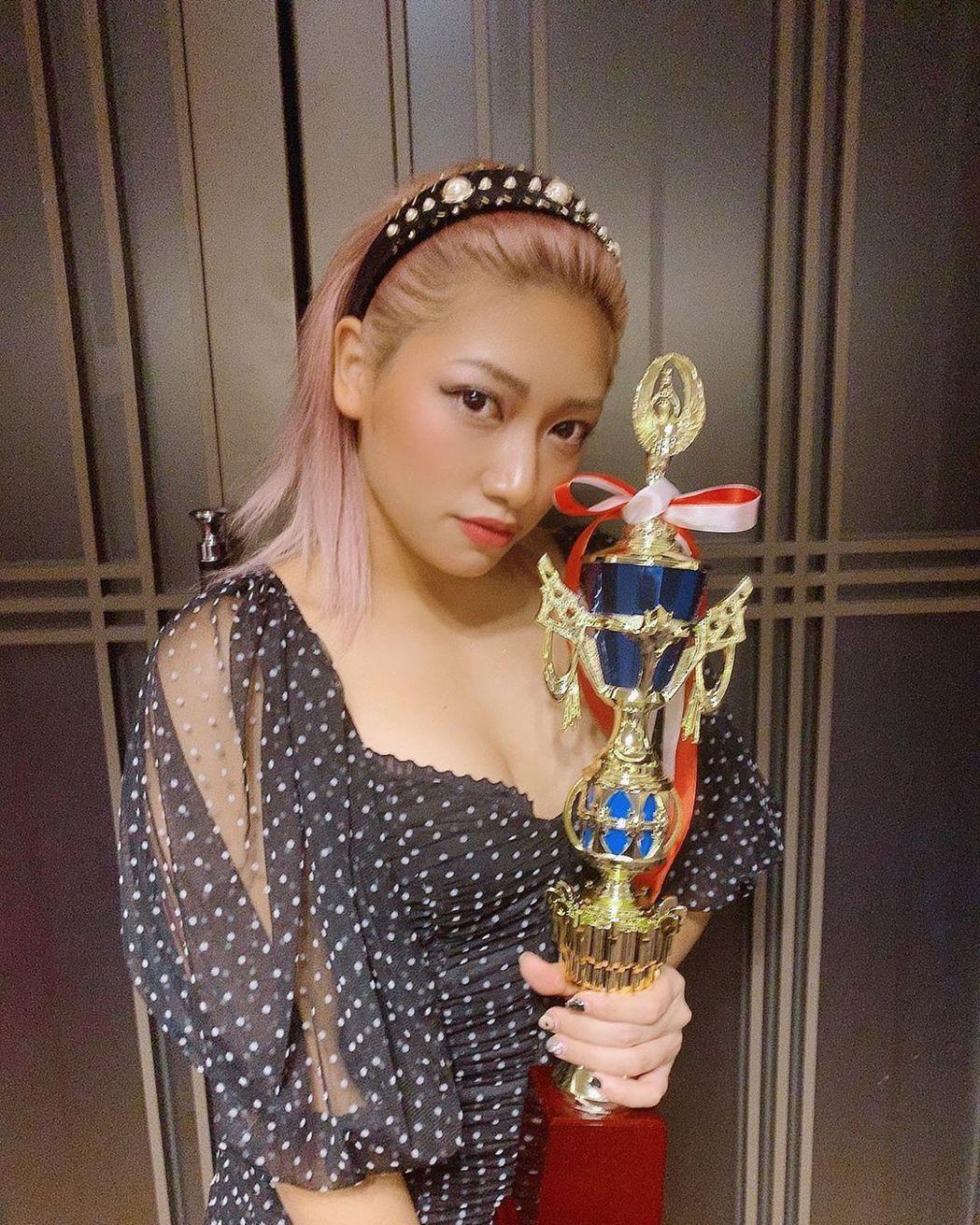 摔角女星木村花因錄製「雙層公寓」而走紅。圖/摘自IG