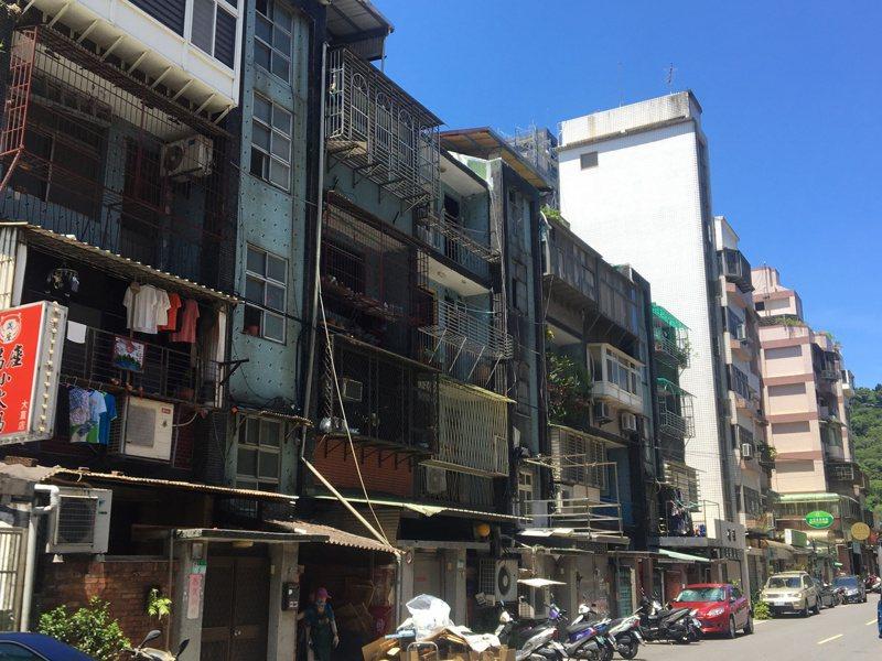 據內政部不動產交易實價查詢網站資料顯示,台北市公寓類產品今年第1季表現不佳,每坪成交均價有高達75%行政區比往年來的低,僅有北投、中山、松山三大行政區房價維持高檔。中信房屋提供