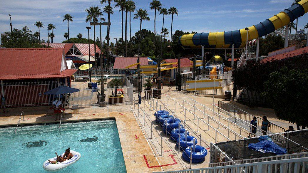 泳池救生員、高爾夫球場桿弟等打工機會大減。 路透社