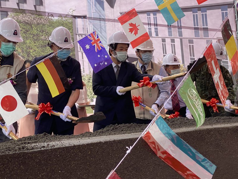 副總統賴清德(左三)與台南市長黃偉哲(左四)昨天參加台南榮民之家遷建動土典禮。記者修瑞瑩/攝影