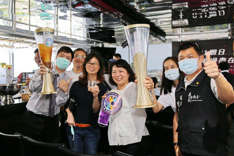 嘉義市長黃敏惠(右三)歡迎民眾6月21日到嘉義欣賞日環食天文奇景「上帝的金戒指」。記者卜敏正/攝影
