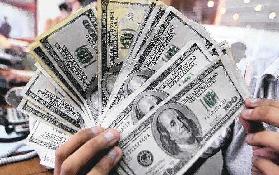 公股銀行和外商銀行搶美元高利定存客戶,吸收美元存款,推出限量限時專案。(本報系資...