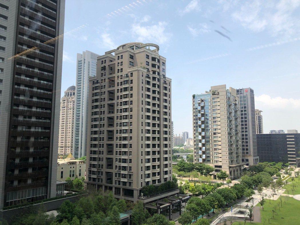 台中市空房率高,且房價近10年來大漲,有市議員建議提高非自住房屋稅率,以抑制囤房...