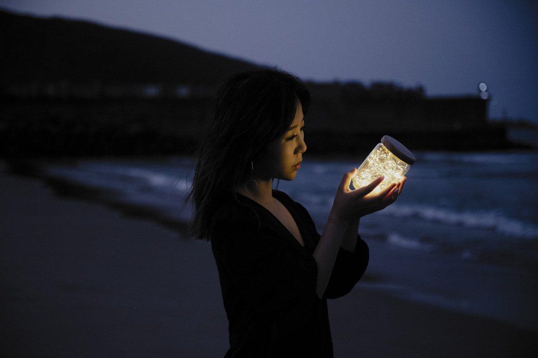 魏妙如在海邊拍攝MV時,險些滅頂。圖/Ruth Music 如此音樂提供