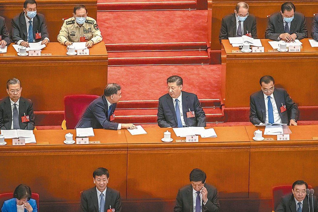 大陸十三屆全國人大三次會議昨舉行第二次全體會議,坐上主席台上的大陸國家主席習近平...