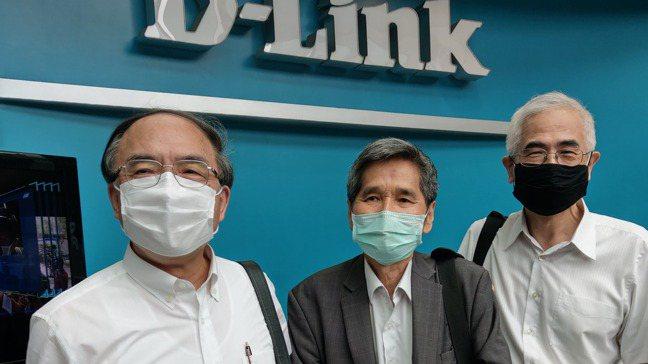 圖為2020年5月25日,友訊董事會通過延後股東會日期,獨立董事馮忠鵬(左)、鍾...