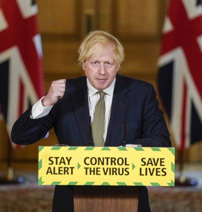 英國首相強生24日出面力挺首席幕僚康明斯「趴趴走」的行為。(歐新社)
