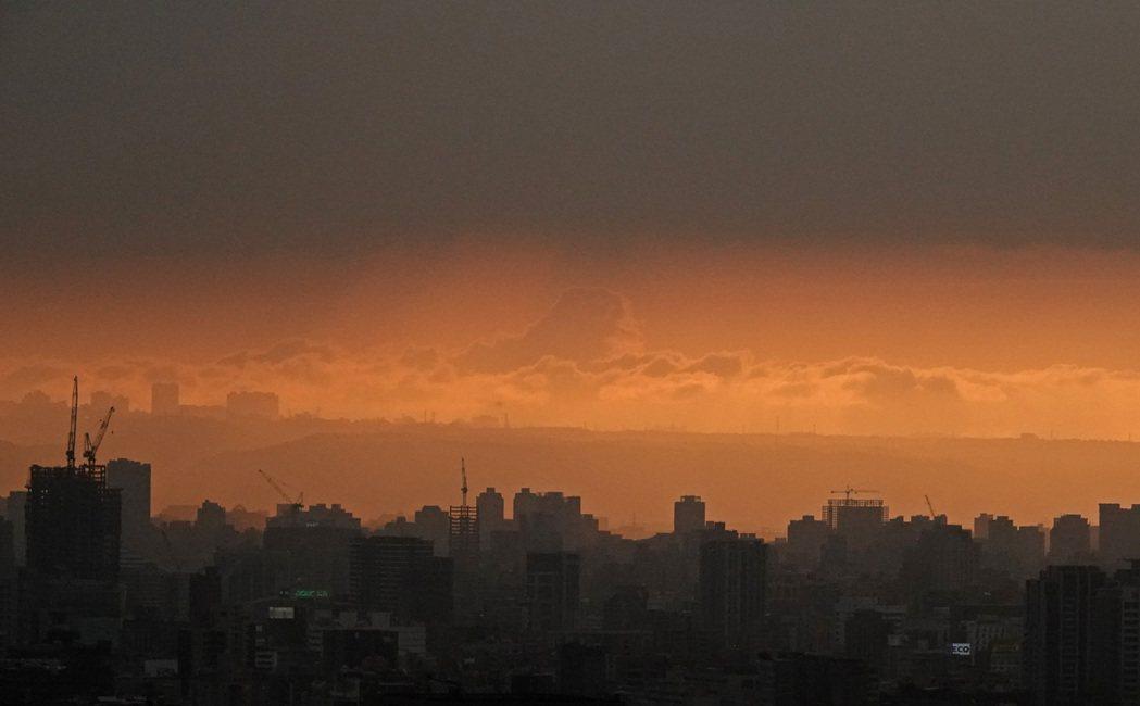今天又有一道鋒面靠近,中央氣象局預估今晚到周四雨勢影響最大,昨天傍晚台北盆地陽光...