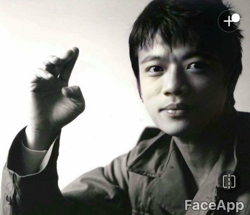 吳朋奉年輕時所拍的黑白照。 圖/摘自臉書