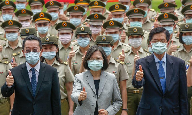 蔡英文總統(中)上午前往視導「憲兵指揮部」,由新任國安會秘書長顧立雄(左)及國防部長嚴德發(右)陪同,這是顧立雄上任後首次陪同總統視察部隊,三人與部隊一起合影。 記者鄭超文/攝影