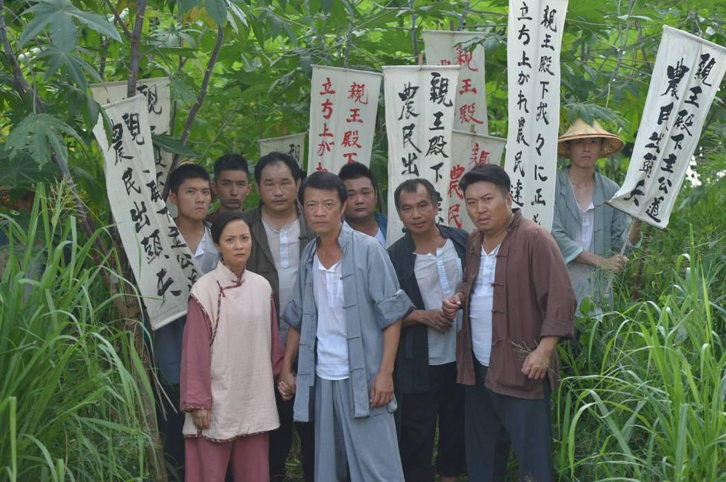 吳朋奉(前左二)演出「春梅」。圖/摘自臉書