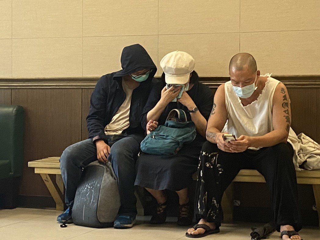吳朋奉的親友到場,面對吳的死訊十分難過,頻頻拭淚。記者柯毓庭/攝影