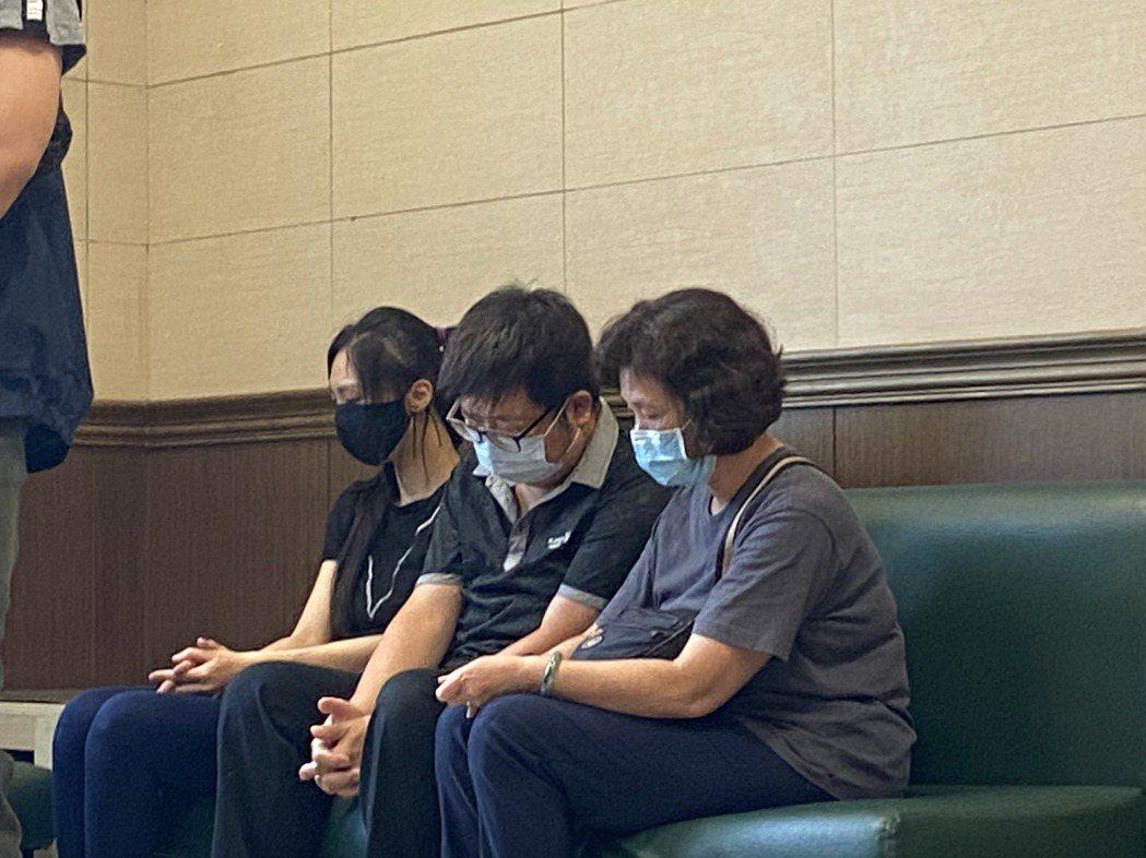 吳的姪女(左一)、大哥(中)在解剖中心等待相驗結果,神情哀傷。記者柯毓庭/攝影