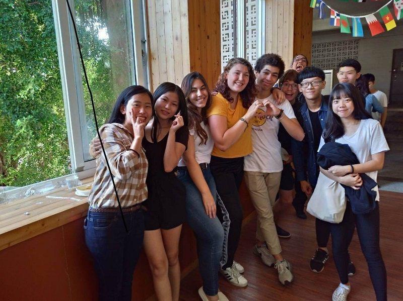 嶺東科大國際文化嘉年華活動,參與學生與外籍生開心合影。 嶺東科大/提供