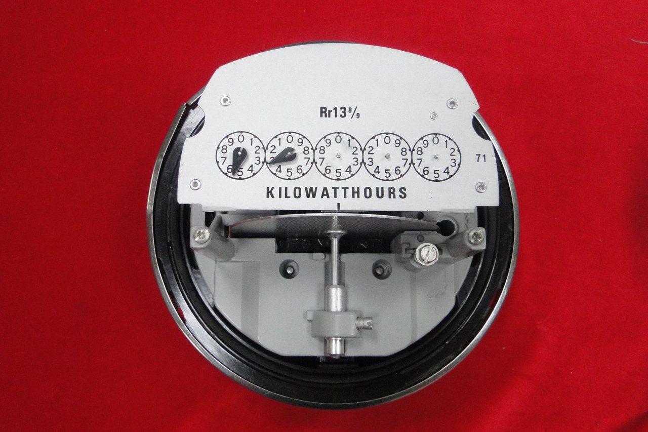 家中電器不用時不開以及選用有節能標章或省電效率標示1級電器,才會達到省電效果。 ...