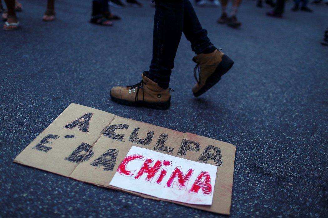 「都是中國的錯!」圖為巴西的博索納羅支持者,示威認為中國應為全球大流行負責。 圖...
