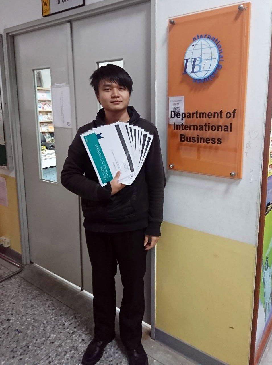 龍華科大國際企業系學生王志誠,獲得微軟線上學習認證共10門課程全數通過。龍華科大...