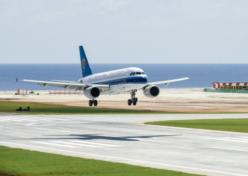2016年中國南方航空公司的客機在美濟礁新建機場著陸。 圖/新華社