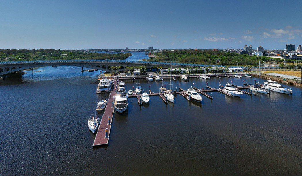 由亞果遊艇集團所開發全國最大的安平港遊艇碼頭,有62個泊位。 圖片提供/興富發建...