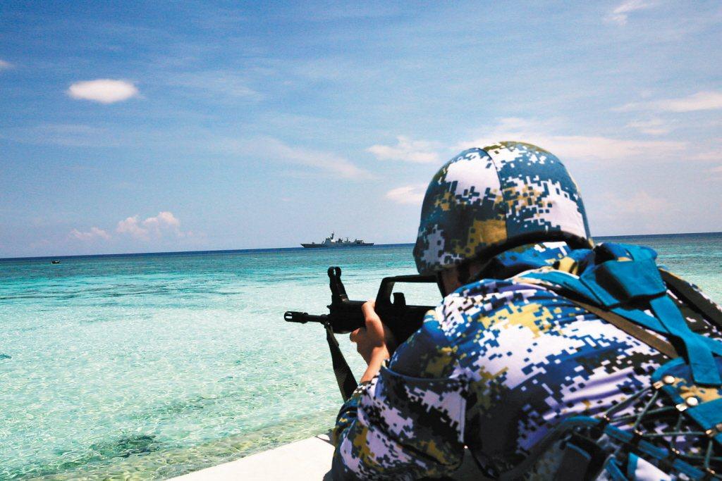 中國海軍南海艦隊遠海訓練編隊,在南海巡航中對守礁部隊防衛作戰予以演練。 圖/中新社