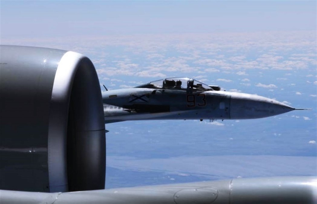 圖為2017年6月19日波羅的海上空,美國的偵察機遭到俄國空軍極具侵略性的「超近...