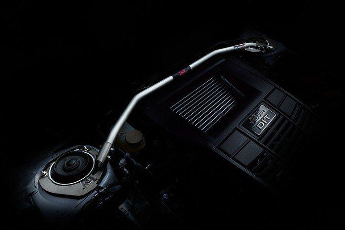 STI引擎室拉桿。 摘自Subaru