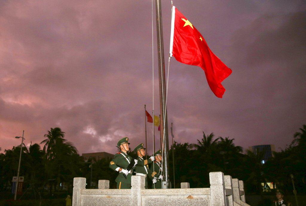 圖為今年1月1日,中國永興島舉行昇旗儀式,為三沙市人民政府所在地,生活機能相較完整。 圖/中新社