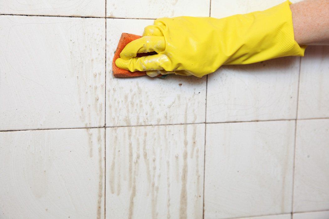 浴室溫度高、容易殘留皮脂與皂垢,一鬆懈就會馬上長出黴菌或細菌。 圖片/ingim...