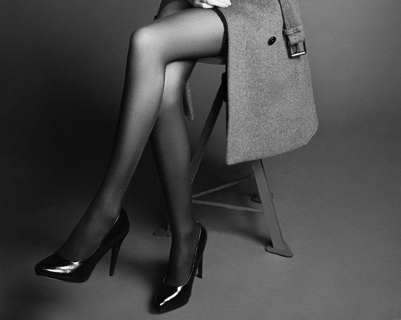 黑絲套裝女性離開座位,一名男子上前狂聞該張椅子。示意圖/ingimage