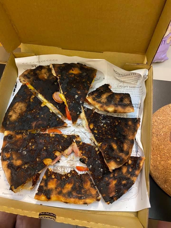 一名網友在UberEats上點了窯烤Pizza當宵夜,沒想到打開來後,裡頭的Pizza竟然都被烤焦。圖擷自爆怨公社