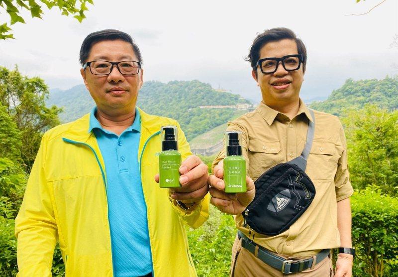 歐都納董事長程鯤(左)與歐萊德董事長葛望平,兩人都有友善土地的理念,從公益合作再...