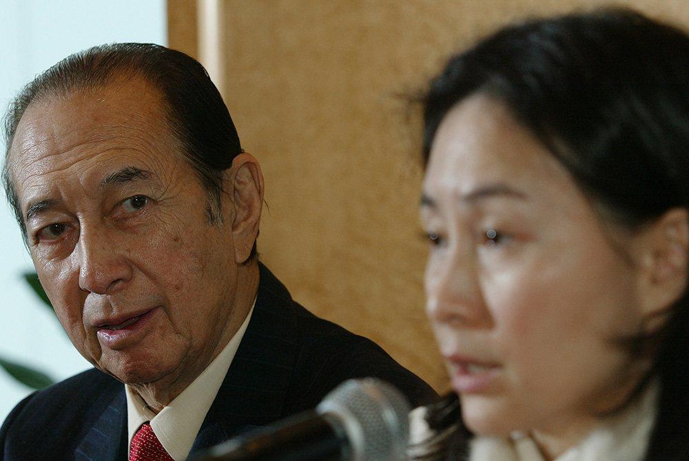 2006年1月19日,澳門,信德集團執行主席何鴻燊及董事總經理何超瓊回答記者問題...