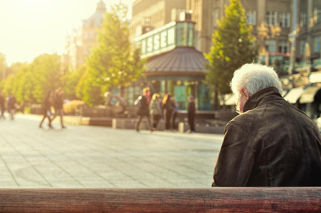 長輩年紀大了、個性變成像小孩一樣,需要更多耐心陪伴、照顧。 圖/unsplash