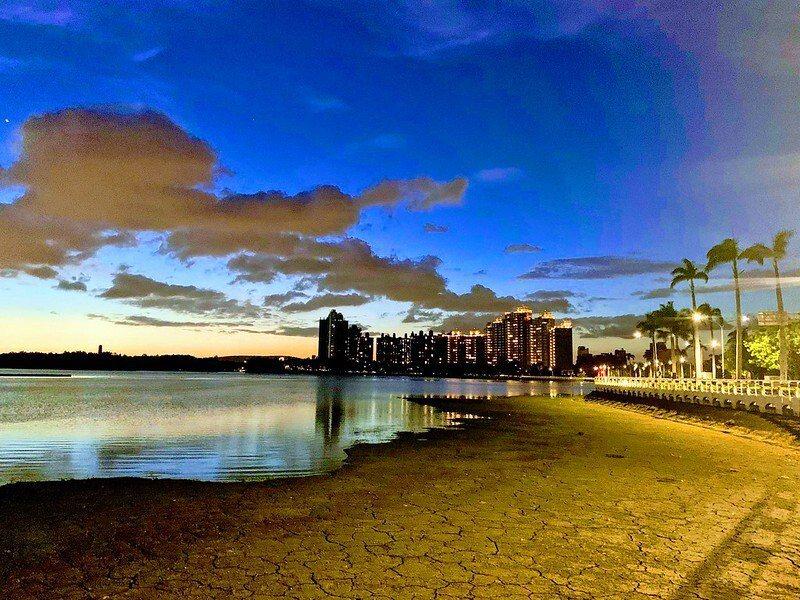 黃昏,得月樓旁,乾凅的湖底,一目瞭然
