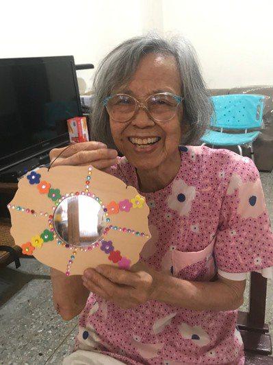 圖為楊奶奶的「魅力四射」鏡子彩繪作品。圖/林小姐提供
