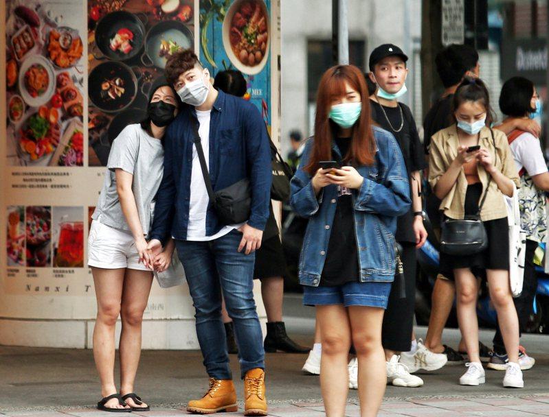 中央流行疫情指揮中心昨天宣布口罩禁令將於六月一日解禁,國內開放自由買賣,並與現行實名制並行。記者曾原信/攝影